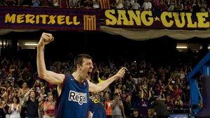 Fran Vázquez celebra un título de Liga conquistado por el FC Barcelona ante el Real Madrid en el Palau Blaugrana.