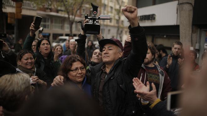 Fuerte presencia policial en el desahucio de una familia en el barrio de Gràcia, en Barcelona.