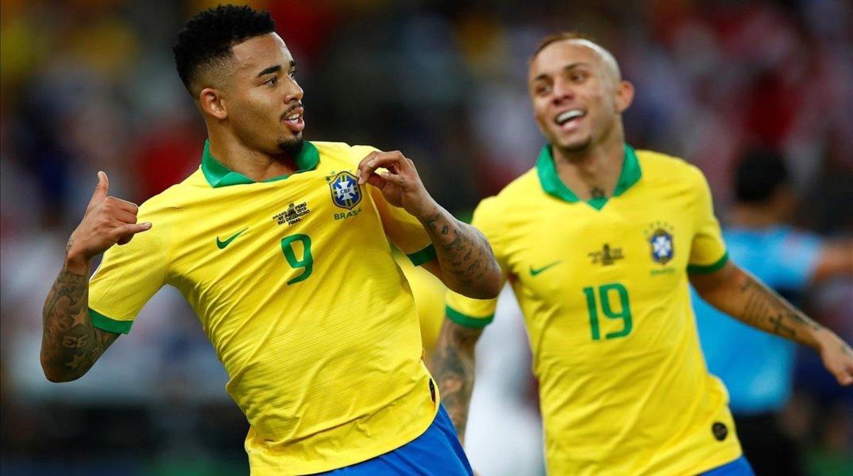 Gabriel Jesus, perseguido por Everton, celebra el segundo gol, obra suya.