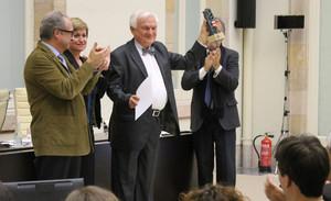 El general Jovan Divjak mostrando este lunes el galardón que recibió en el Parlament de manos del Institut Català Internacional per la Pau.