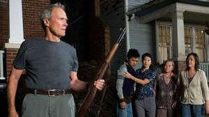 Clint Eastwood, anteBee Vang, Brooke Chia Thao, Chee Thao yAhney Her, en una escena de Gran Torino.