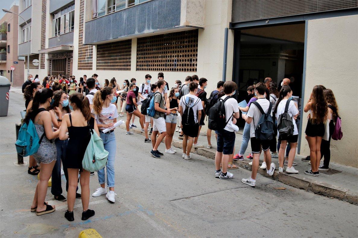 Un grupo de alumnos espera a las puertas del Col·legiBadalonès para hacer la selectividad.