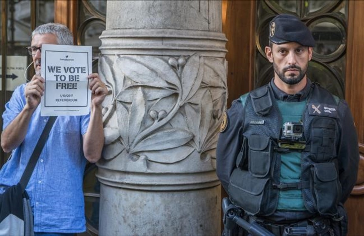 La Guardia Civil a las puertas de la Conselleria de Economia durantela concentración soberanista.