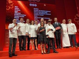 Los cocineros con tres estrellas Michelin posan en el escenario del teatro Lope de Vega, donde ha tenido lugar la gala de presentación de la Guía Michelin 2020.