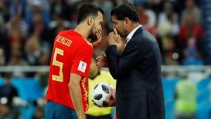 Hierro y Busquets charlan durante el duelo de España contra Marruecos en Kaliningrado.