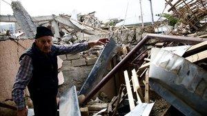 Un hombre enseña las ruinas de su ciudad, Stepanakert.