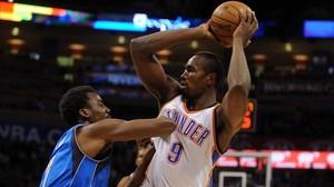 Ibaka, con la camiseta de los Thunder, en un partido de la NBA