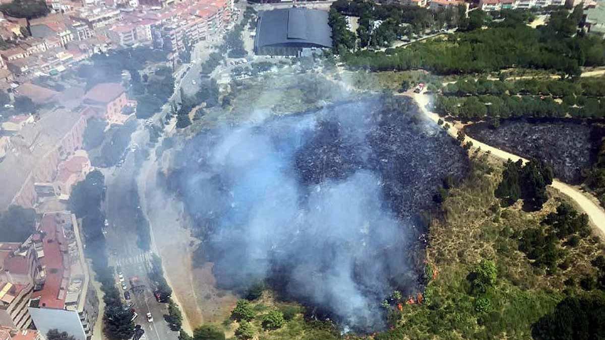 Un incendio en el Parc de la Muntanyeta de Sant Boi quema 1,3 hectáreas