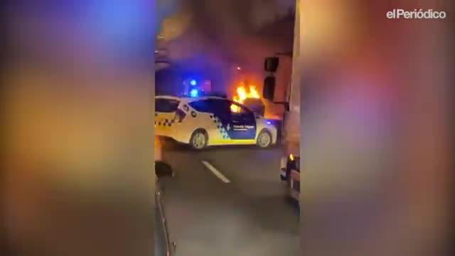 Incendio de un taxi en la C-31, cerca de la plaza de las Glòries, este martes.