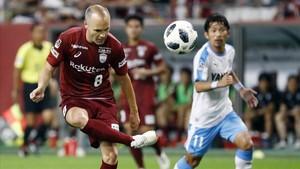 Iniesta controla el balón durante el partido contra el Jubilo Iwata.