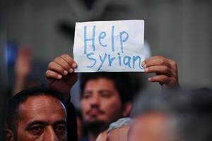 Un inmigrante sirio protesta en la estación húngara de Keleti que las autoridades del país han cerrado para impedir que más refugiados lleguen a Alemania.