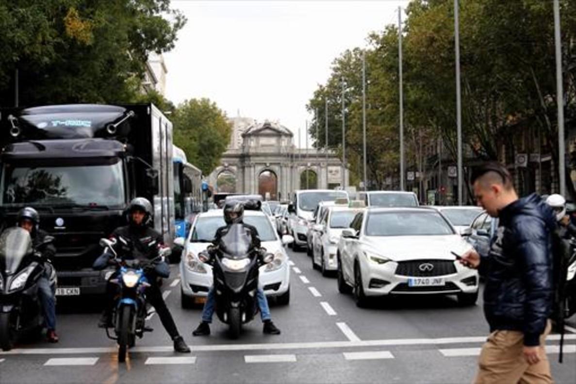 Intensidad de tráfico en la calle de Alcalá de Madrid, ayer.