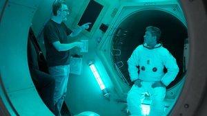 James Gray, con Brad Pitt, en el rodaje de 'Ad astra'