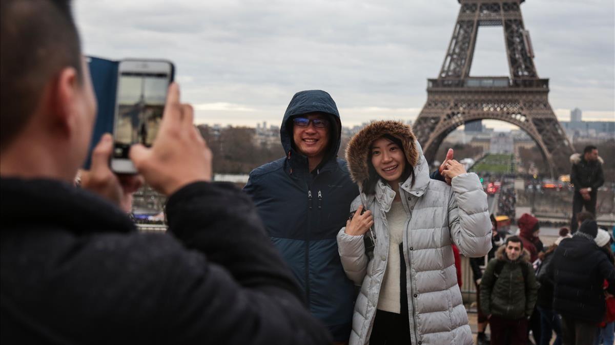 Turistas ante la Torre Eiffel, uno de los lugares más visitados del mundo.