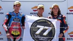 Jeremy Alcoba, Raúl Fernández y Can Öncü, podio de Moto3 en el MundialJúnio de hoy en Aragón, homenajean al desaparecido Andreas Pérez en el podio de Motorland.