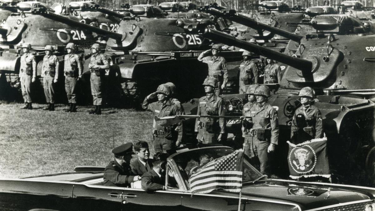 El Gobierno compara el aumento policial con el envío de tropas de JFK para acabar con el racismo
