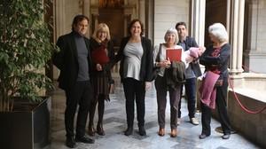 La alcaldesa Ada Colau yel teniente de alcalde Jaume Asensjunto aDavid Bondia,del Institut de defensa del drets humans de Catalunya, y tres de las hermanas de Salvador Puig Antich.