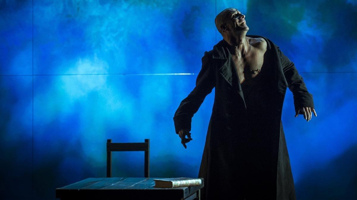 Joel Joan, en un momento de la representación de Frankenstein en el TNC