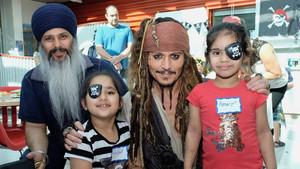 Johnny Depp disfrazado de Jack Sparrow en su visita alBC Childrens Hospital de Vancouver (Canadá).