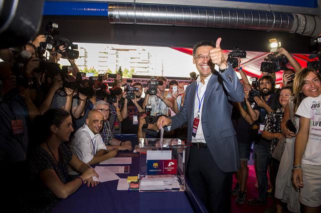 Josep Maria Bartomeu ha sido el primero de los cuatro candidatos en depositar su voto en la urna.