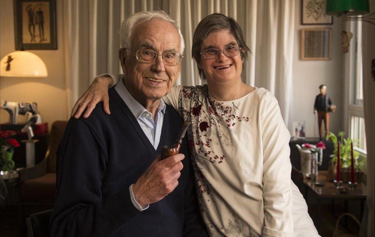 Josep Maria Espinàs y su hija Olga, en su casa, en abril del 2016.