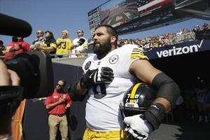 El jugador de los Steelers Alejandro Villanueva escucha solo el himno estadounidense antes de un partido.