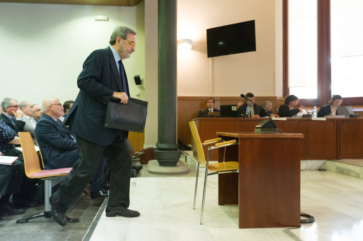 GRAF4378. BARCELONA (ESPAÑA), 11/10/2018.- El expresidente de CatalunyaCaixa Narcís Serra, durante su declaración esta mañana ante la Audiencia de Barcelona, acusado de cometer dos delitos de administración desleal por aprobar dos incrementos de salario para la cúpula de la entidad en 2010, cuando el FROB inyectó 1.250 millones en la antigua caja de ahorros.- EFE/Enric Fontcuberta***POOL***