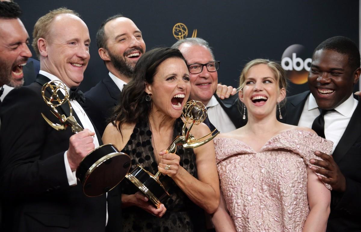 Julia Louis-Dreyfus posa con su Emmy, junto al resto de protagonistas de Veep.
