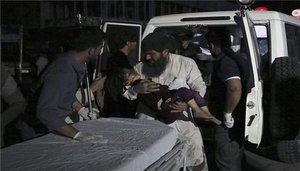 Trasladan al hospital a los heridos por una explosión en Kabul.