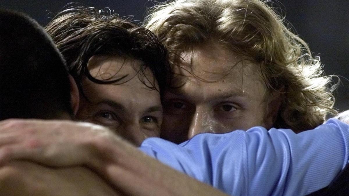 Mostovoi y Karpin celebran un gol del Celta contra la Juventus en un partido de la Copa de la UEFA del 2000.