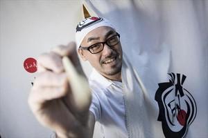 Keita Tanaka enseña los dedos mágicos con los que elabora los 'dumpings'.