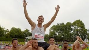 Kevin Mayer, felicitado por otros atletas por su proeza.