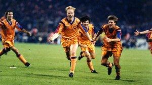 Koeman corre a celebrar el gol recién marcado al Sampdoria en la final de la Copa de Europa de 1992.