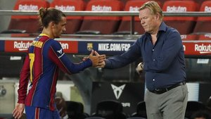 Koeman saluda a Griezmann tras sustituirlo en el Gamper ante el Elche.