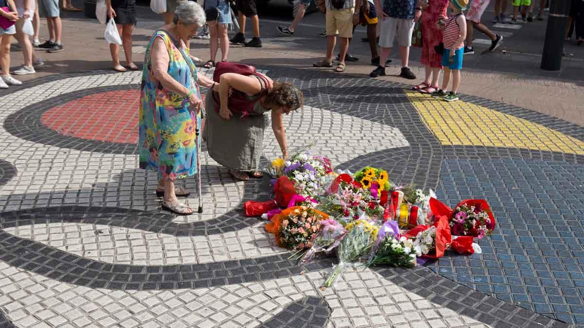 Las primeras flores de recuerdo llegan a La Rambla.