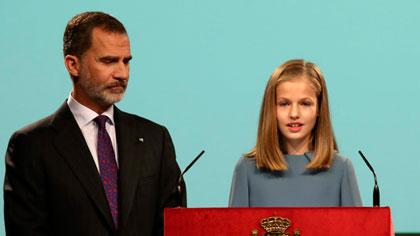 Leonor, durante la lectura de la Constitución, al lado de su padre, Felipe VI.
