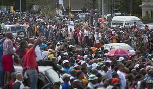 El seguici fúnebre, saludat per milers d'habitants durant el trajecte.