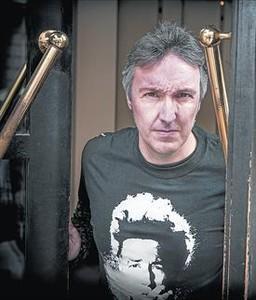 L'escriptor barceloní Carlos Zanón, en un cèntric hotel barceloní.