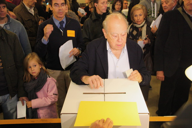 El expresident Jordi Pujol diposita la papereta en un col·legi de Sant Gervasi.