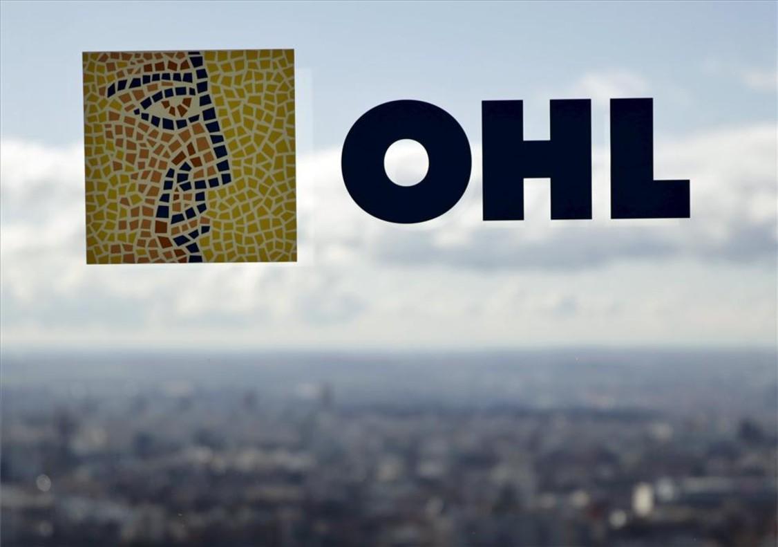 Logo de OHL en la sede de la firma en Madrid.