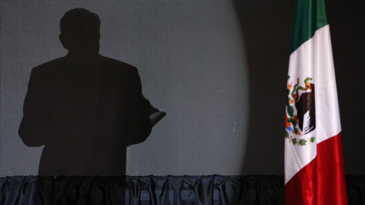 La sombra de López Obrador durante el discurso que pronunció tras su victoria electoral.