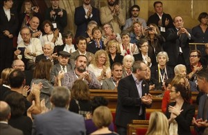 Los diputados aplauden a los familiares de víctimas del franquismo que han seguido el debate desde la tribuna de invitados.