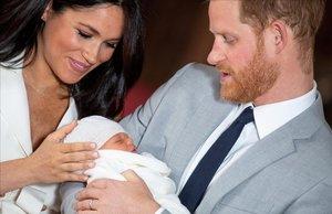 Los duques de Sussex con su hijo, a los pocos días de nacer.