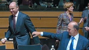 Luis de Guindos, ahir, amb el seu homòleg francès, Pierre Moscovici.