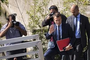 Macron, tras su renuncia, ayer en París.