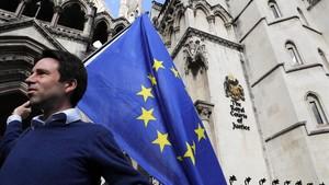 Un manifestante proeuropeo, frente a la sede del Tribunal Supremo de Londres, el pasado octubre.
