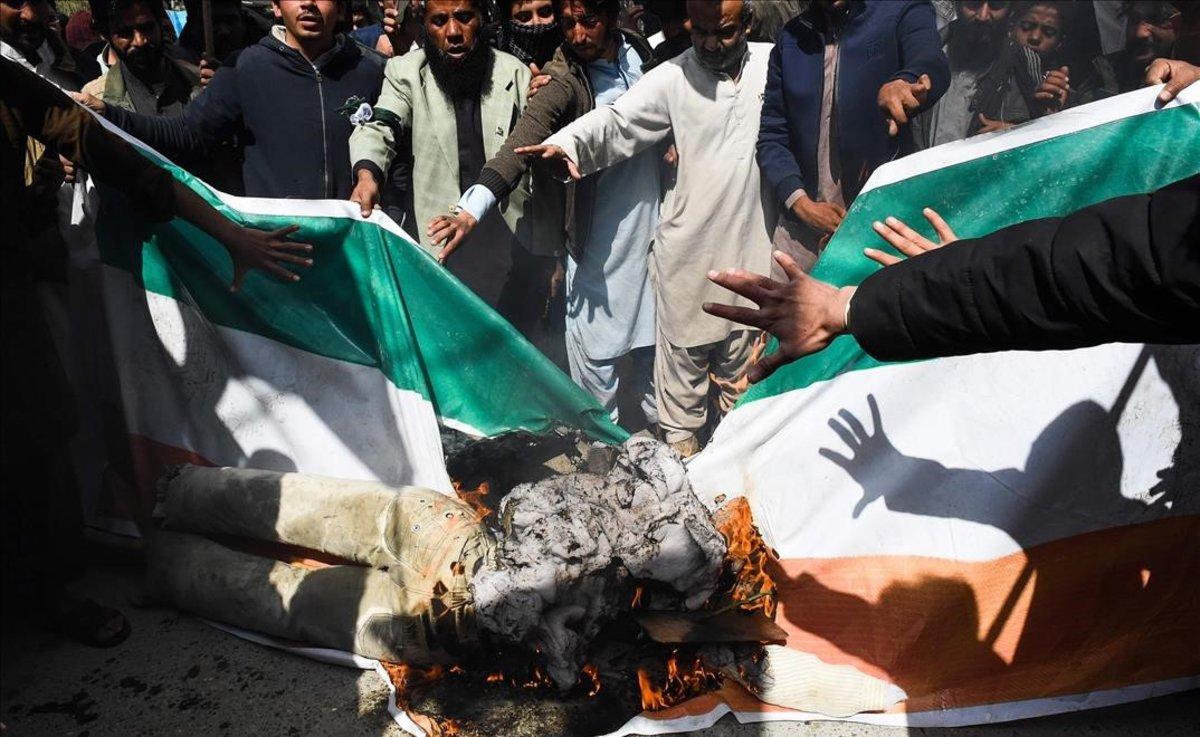 Manifestantes paquistanís queman una bandera india en Quetta.