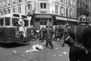 La exposición muestra violentos enfrentamientos en el Barrio Latino.