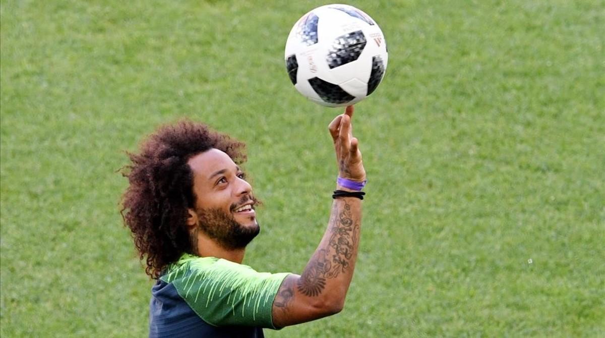 Marcelo juguetea con un balón antes del último entrenamiento previo al duelo ante Serbia.