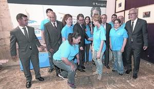 Mas, al centre, amb un grup de voluntaris dels Jocs, al costat de Tibau, Ballesteros i Blanco.